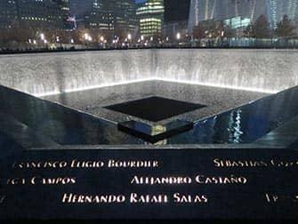 Мемориал 911 в Нью-Йорке ночью