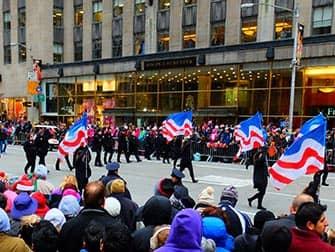 Парад Мэйсис в День благодарения в Нью-Йорке Bandeiras