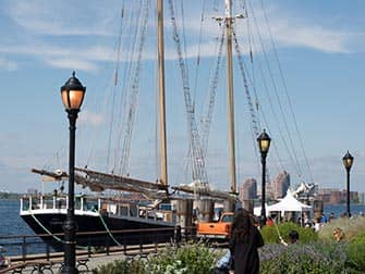 Вокруг Статуи Свободы на парусном корабле в Нью-Йорке