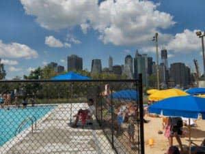 Бассейн в парке Brooklyn Bridge в Нью Йорке