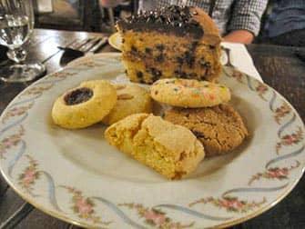 Чай с домашними пирожными в Alice Tea Cup торты