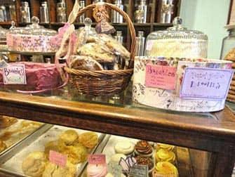 Чай с домашними пирожными в Alice Tea Cup Sweets