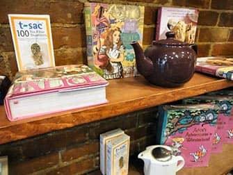 Чай с домашними пирожными в Alice Tea Cup Teapot