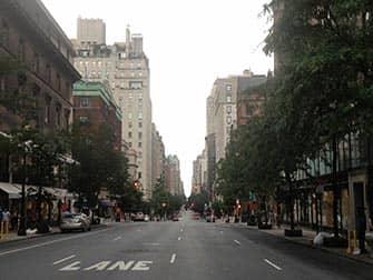 Шоппинг в Верхнем Ист-Сайд в Нью-Йорке на улице
