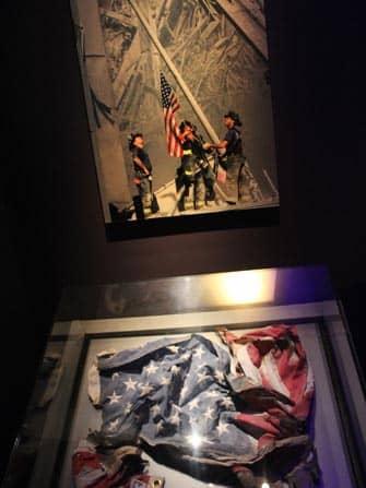 Музей 911 в Нью-Йорке американский флаг
