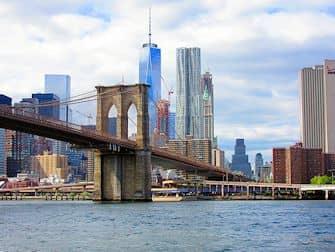 Обед на теплоходе Bateaux в Нью-Йорке Brooklyn Bridge