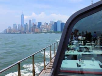 Обед на теплоходе Bateaux в Нью-Йорке Skyline