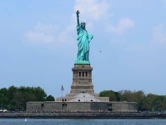 Обед на теплоходе Bateaux в Нью-Йорке Statue of Liberty