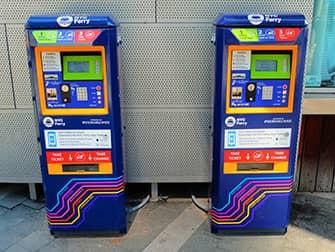 NYC Ferry в Нью-Йорке - билетный автомат