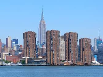 NYC Ferry в Нью-Йорке - небоскреб Empire State Building